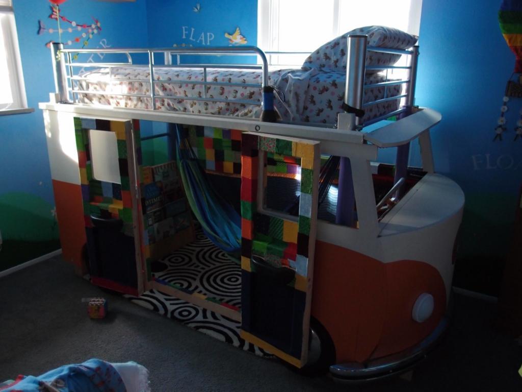 Мужчина дал детской кроватке, из которой выросла дочка, вторую жизнь, превратив ее в точную копию автобуса