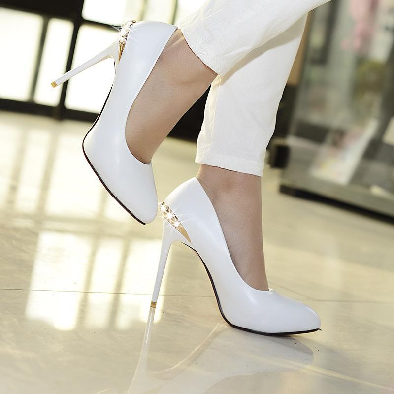 Много камней, высокие колготы, неподходящая обувь: ошибки, делающие ваш образ безвкусным и дешевым