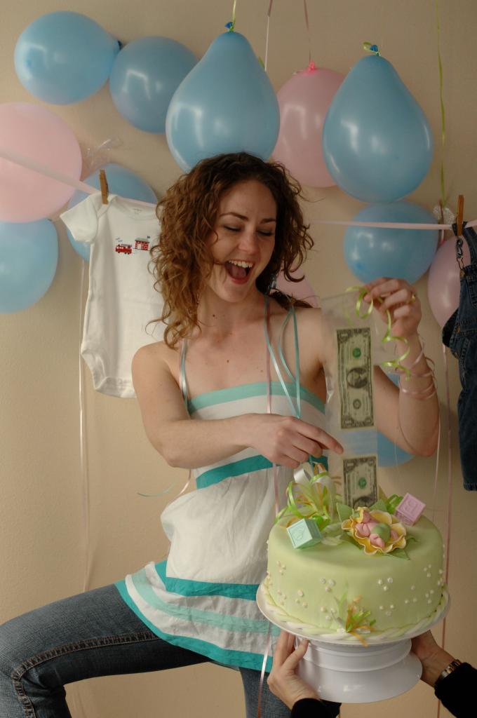 Подруга рассказала, как сделать необычный денежный торт, главный ингредиент которого — настоящие деньги