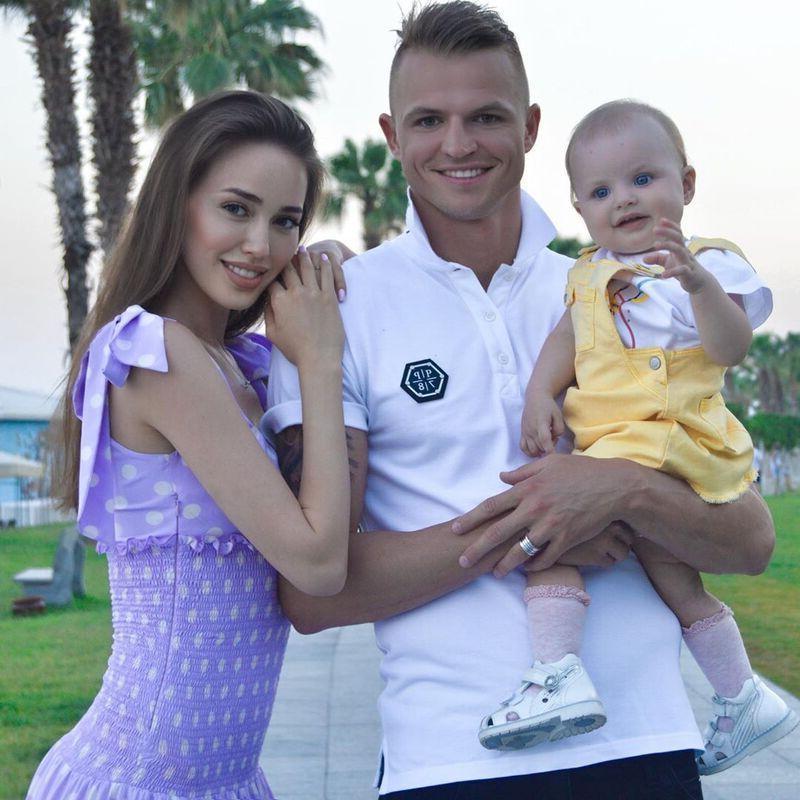 Младшей дочери Дмитрия Тарасова на днях исполнился год. В Сети появились первые кадры с торжества