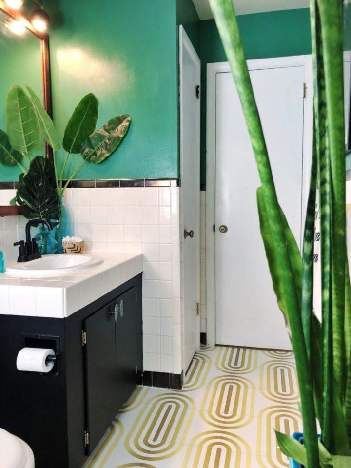 Девушка собственноручно обновила скучную ванную комнату, и теперь принятие душа повышает ей настроение