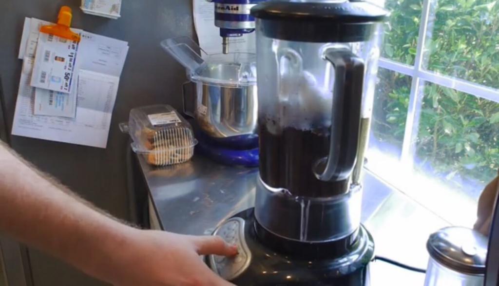 Я никогда не выбрасываю кофейную гущу и яичную скорлупу. Смешиваю их в блендере и использую в саду