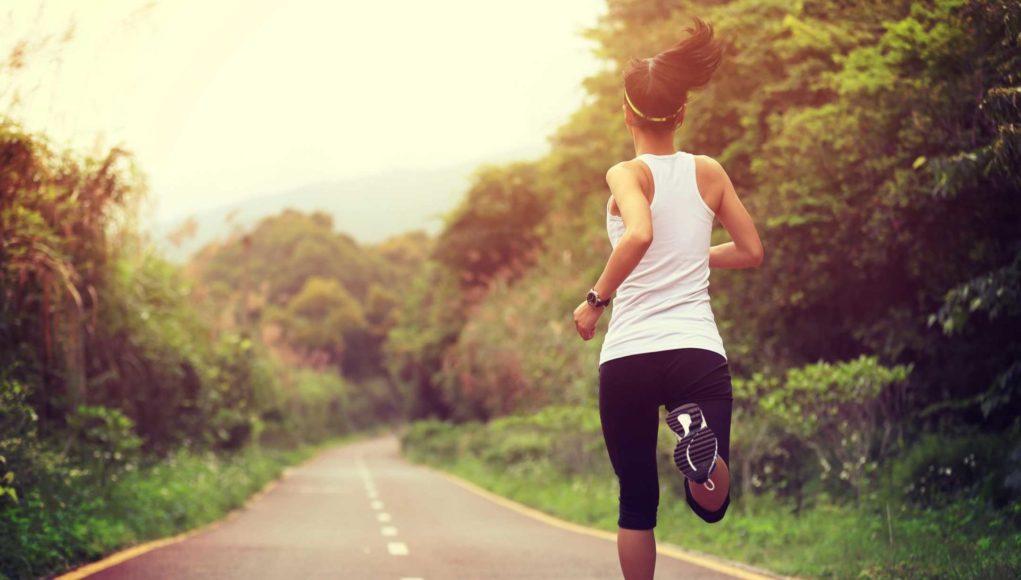 Помогает очистить разум, укрепляет сердце и мышцы ног: преимущества бега на длинные дистанции