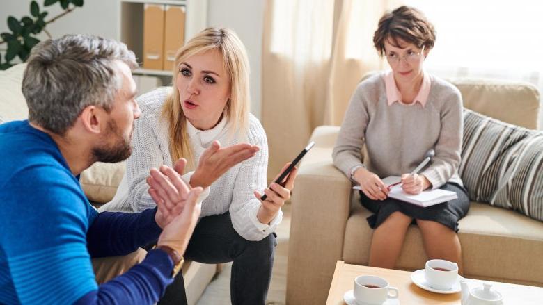 Отработав несколько лет семейным психологом, моя подруга точно может определить, когда отношения будут недолгими. Как она это делает