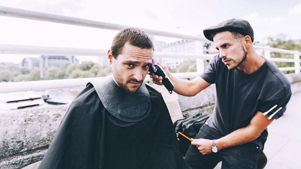 Как и любой лондонский парикмахер, этот мужчина знает толк в стрижке. Разница лишь в том, что его салон - это улицы, а клиенты - бездомные