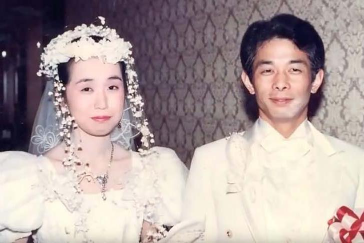 Муж жил с женой под одной крышей и не разговаривал с ней в течение 20 лет. Заботливые дети устроили им свидание и узнали причину молчания отца