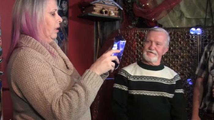 Девушка вручила парню подарок и заявила, что больше не желает быть с ним. Он открыл его только через 50 лет