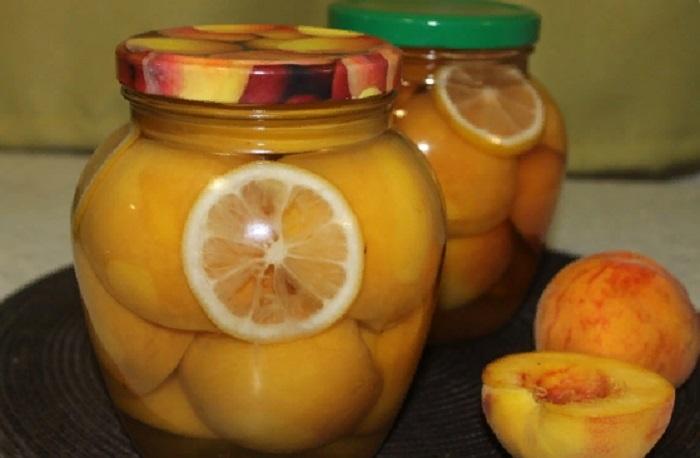 Каждый год я закрываю персики в сиропе с лимоном. Зимой вся семья наслаждается ароматным летом из банки