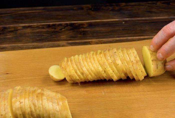 Однажды добавила ветчину с сыром в картофельный пирог, и теперь домашние просят почаще его готовить