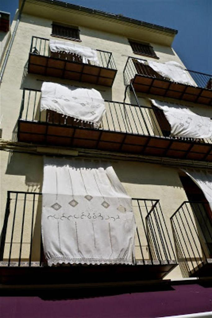 Женщина развесила на балконе белье. Возмущенная соседка сделала ей замечание