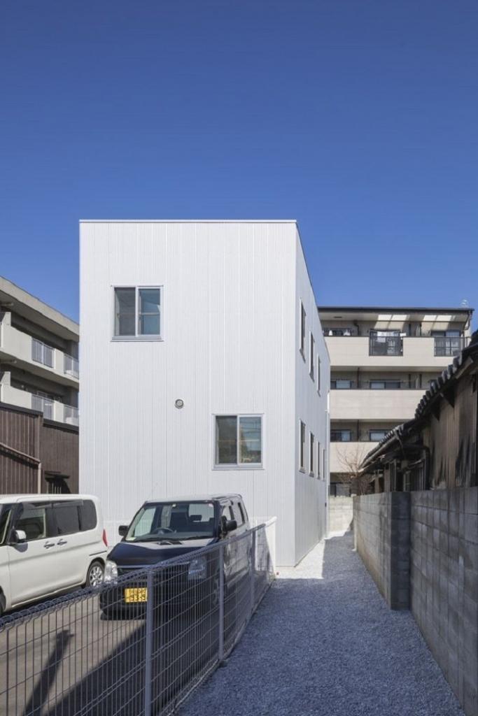 Семья живет в доме, который внешне выглядит обычным, но внутри скрывается 13 этажей: фото