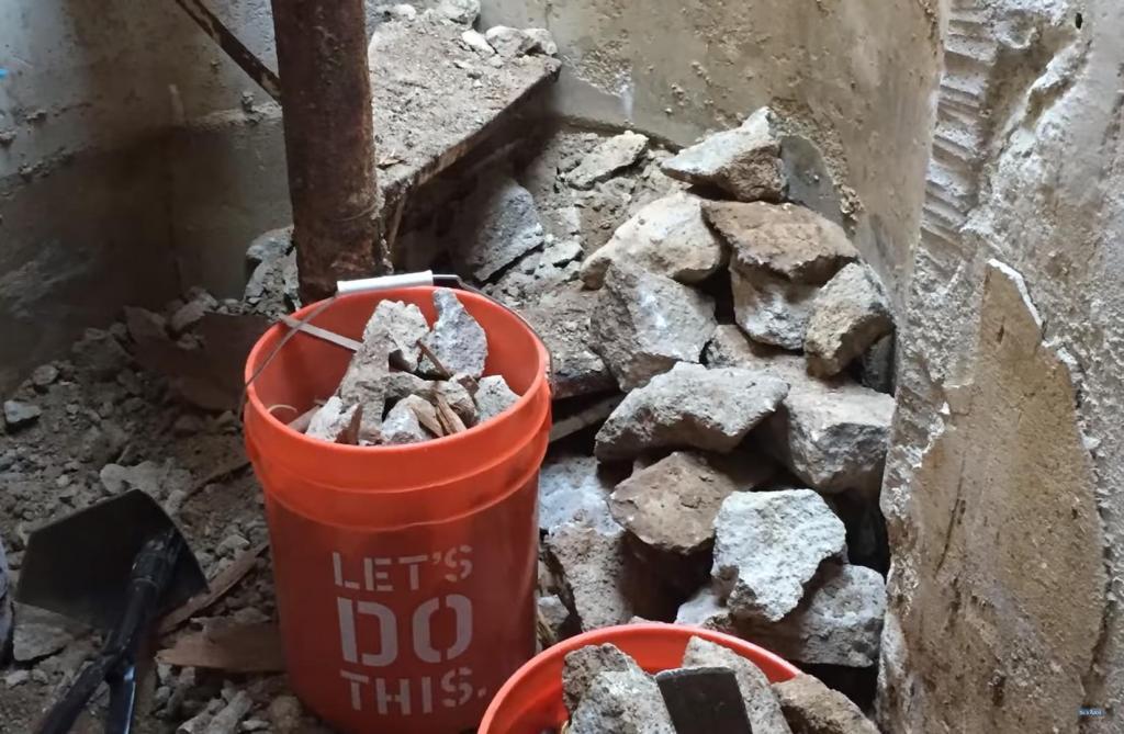 Мужчина купил дом и обнаружил странную отметку на плане участка. Взяв лопату, он начал копать и наткнулся на бункер