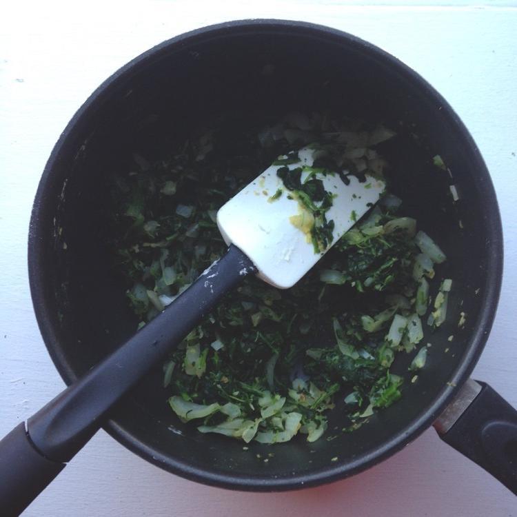 Интересная и очень простая в приготовлении закуска: булочки, запеченные со шпинатом