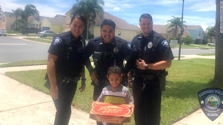 Голодный ребенок позвонил в 911 - и полицейские принесли ему пиццу