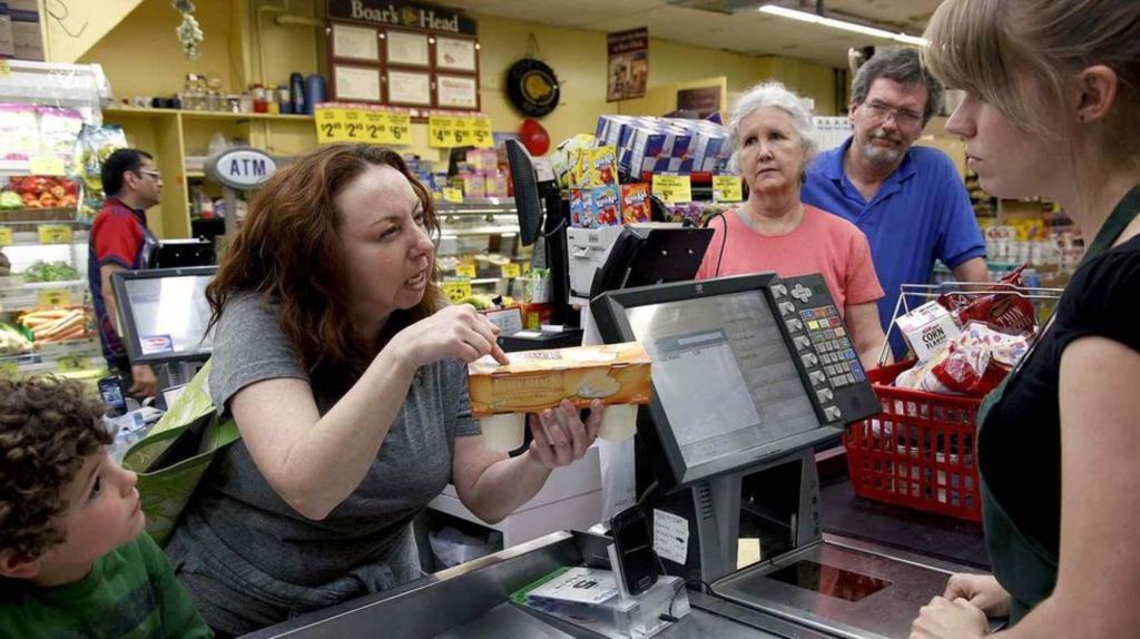 Отработав 30 лет за кассой супермаркетов, подруга решила рассказать о том, что накипело. После ее историй я больше никогда не нагрублю кассирам