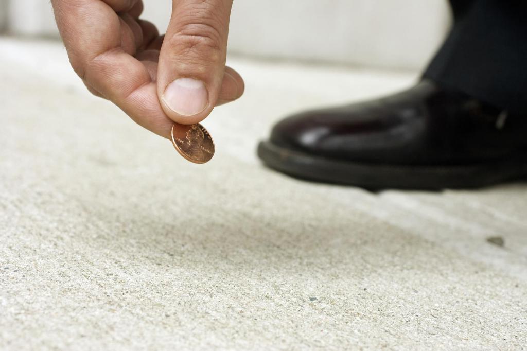 Монеты на дороге: в каких случаях деньги нужно подобрать, а когда лучше обойти их десятой дорогой
