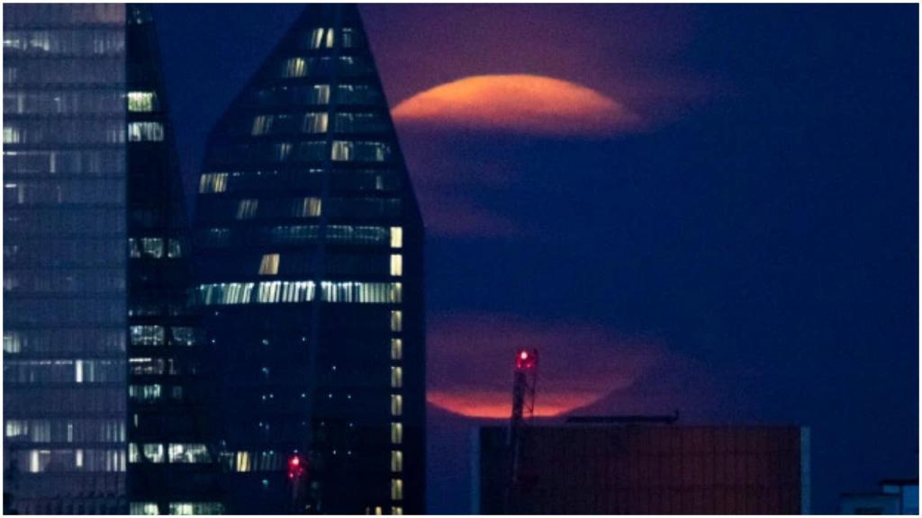 Удивительная оптическая иллюзия: огромная луна. На самом деле это наш мозг подшучивает над нами