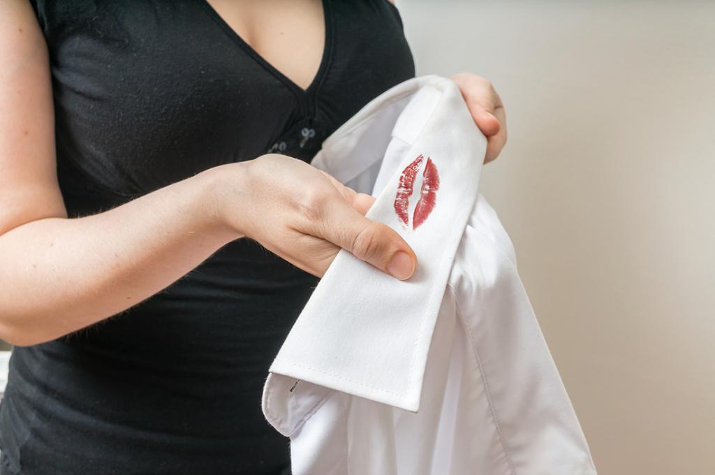 Вазелин, уксус, сода: как я вывожу пятна от стойкой помады с одежды