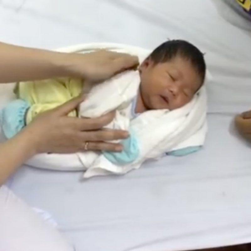 Подруга медсестра показала, как быстро убаюкать младенца с помощью полотенца