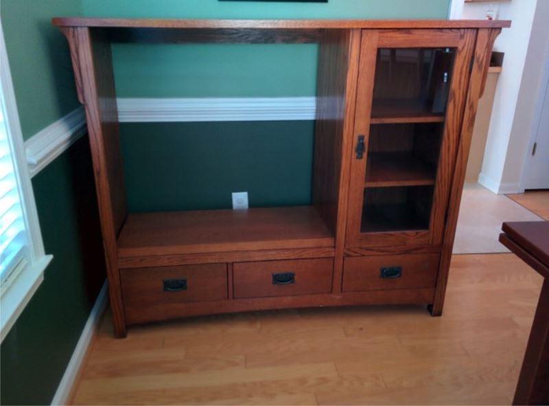 Мужчина нашел отличное применение старому деревянному шкафу для телевизора (фото)