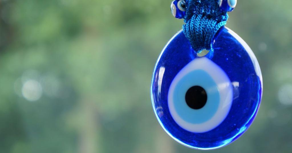 Лицемерие, любопытство и другие признаки, которые выдают человека с «дурным глазом»