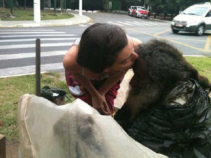 35 лет мужчина жил на улице, пока не протянул записку проходящей мимо девушке
