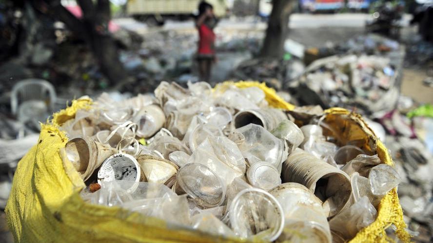 В качестве оплаты за еду кафе принимает мусор. Все отходы идут на строительство дорог