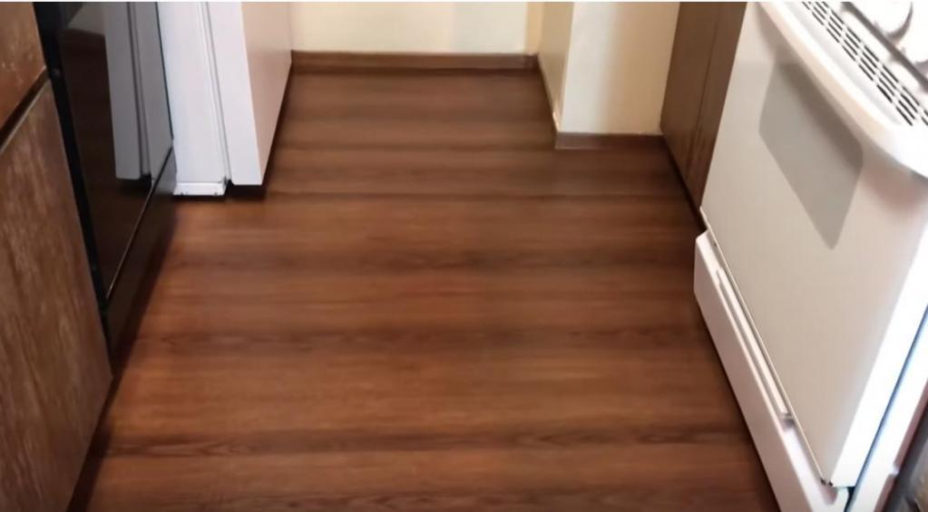 Соседка обновила пол на кухне за копейки. Покрытие выглядит гораздо дороже, чем стоит