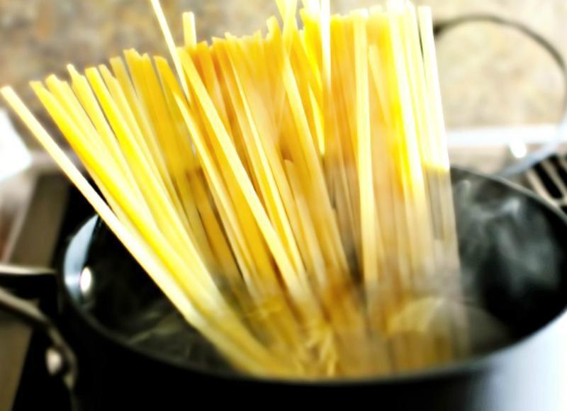 Свекровь научила готовить макароны быстрее, чем обычно, а главное   без кастрюли и горячей воды