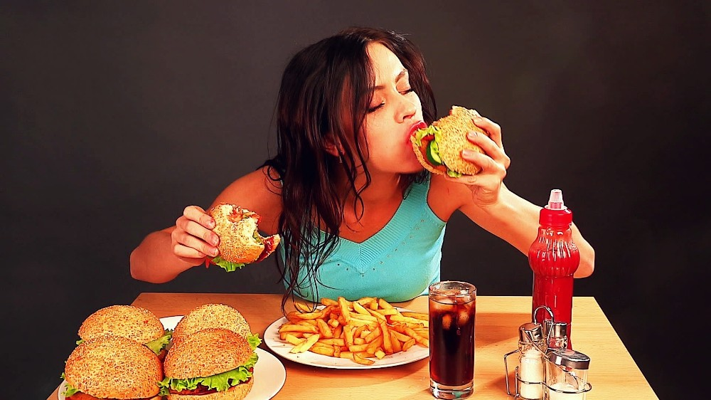 Знакомая работает косметологом. Она рассказала, какая именно еда и другие вещи приводят к появлению морщин