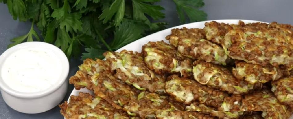 Жарю на завтрак простые кабачковые  гречеладушки    нужны всего то 2 компонента: кабачки и гречка