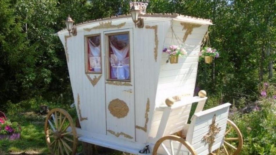 Муж решил построить карету, чтобы его жена почувствовала себя принцессой: то, что скрывается за ее стенами, весьма неожиданно