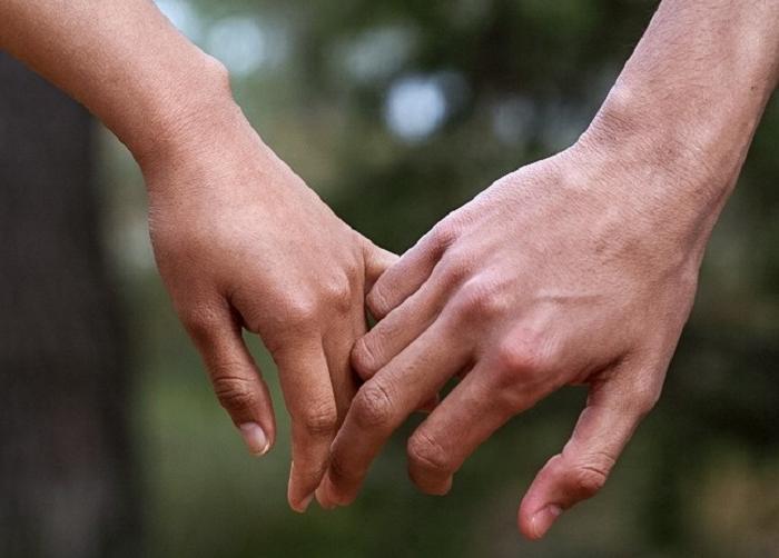 Переплетенные пальцы говорят о стабильности. То, как вы держите партнера за руку, может рассказать многое о ваших отношениях
