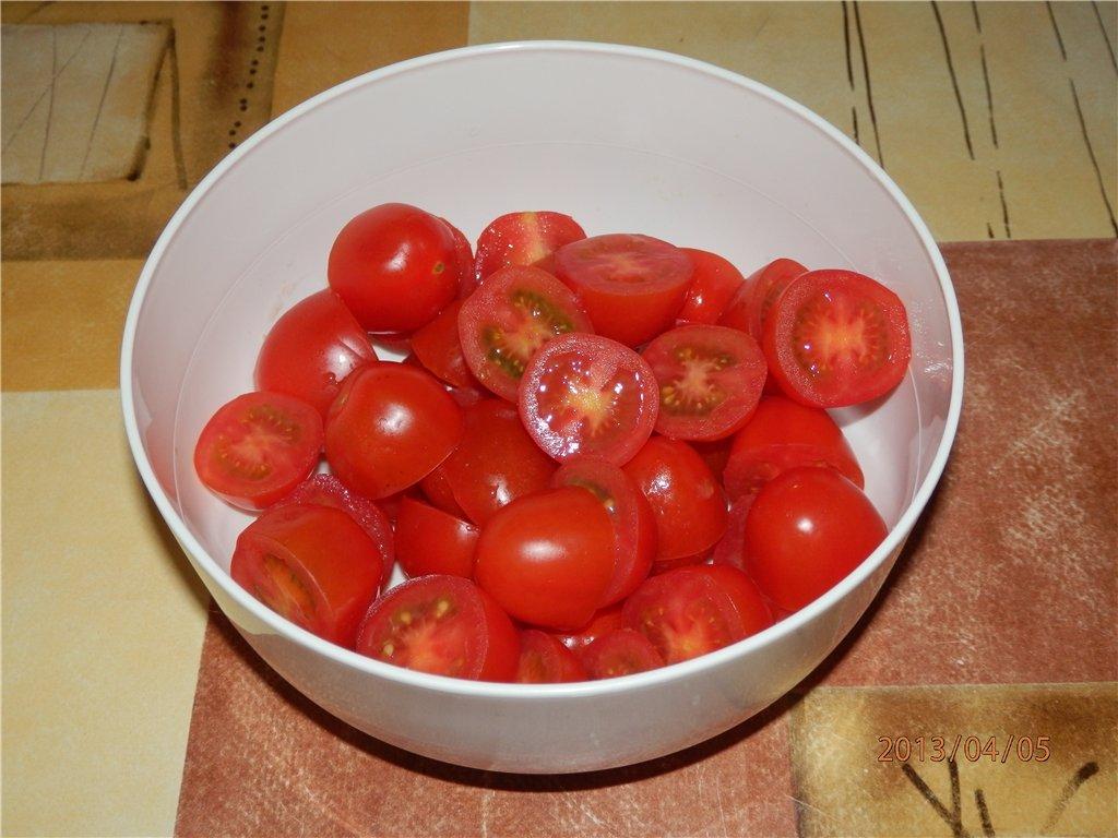 Соседка показала самый быстрый способ нарезать помидоры черри. Теперь на кухне провожу меньше времени