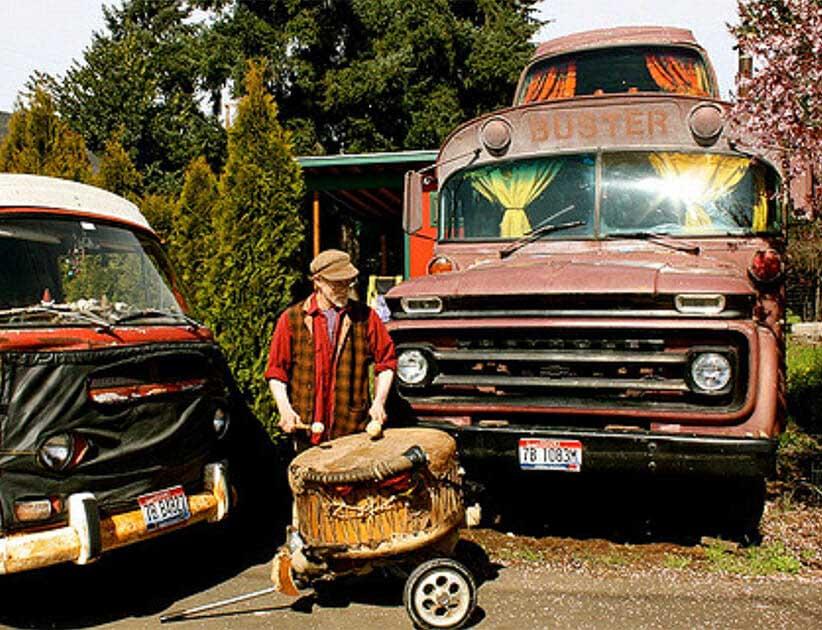 70-летний мужчина купил старый автобус и обустроил в нем жилье из натуральных материалов: фото