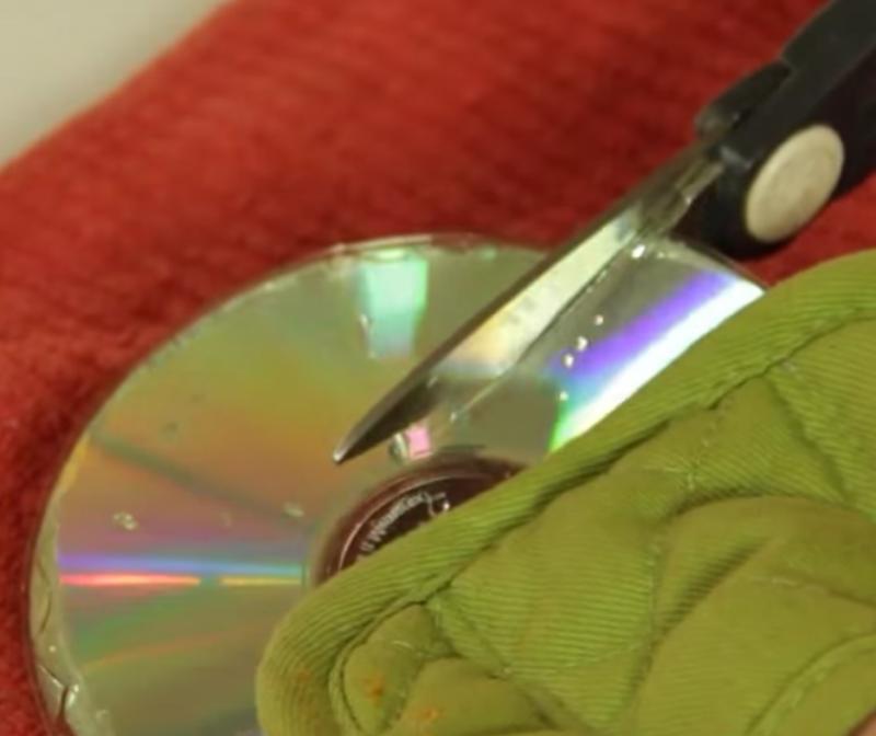 Соседка положила старый диск в кипящую воду. Результат ее творчества теперь висит в комнате как украшение