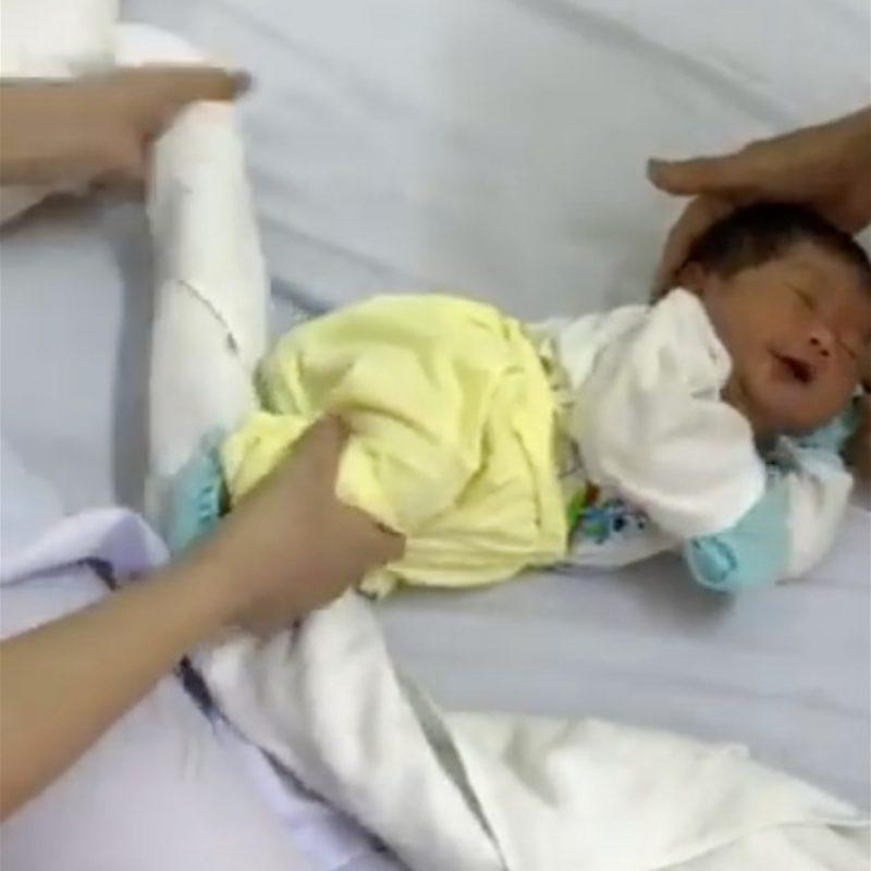 Подруга-медсестра показала, как быстро убаюкать младенца с помощью полотенца
