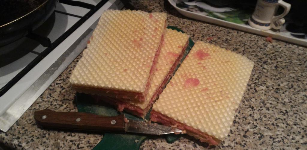Я намазываю вафли фаршем и отправляю их на сковороду. Через несколько минут у меня готова необычная, но вкусная закуска