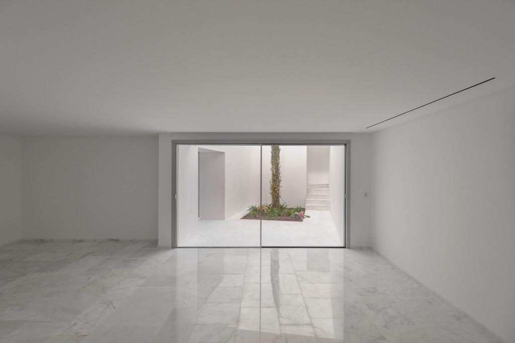 Белые стены, зеркала, полоски и другие простые способы сделать маленькую комнату визуально больше