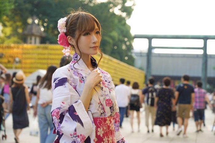 Японку дразнили в школе из-за некрасивой внешности. Она решила измениться и стала невероятной красавицей