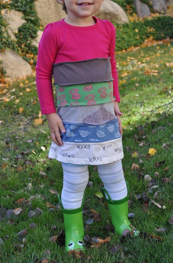 Сделала своей дочке милое платье из старых футболок, которое она с радостью носит каждый день (фото)