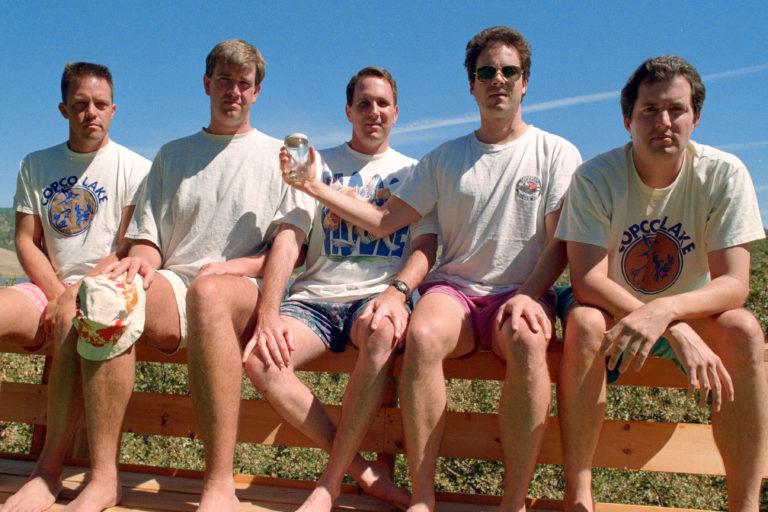 Следующий снимок - в 2022 году. Каждые 5 лет начиная с 1982 года пятеро друзей делают совместное фото на память