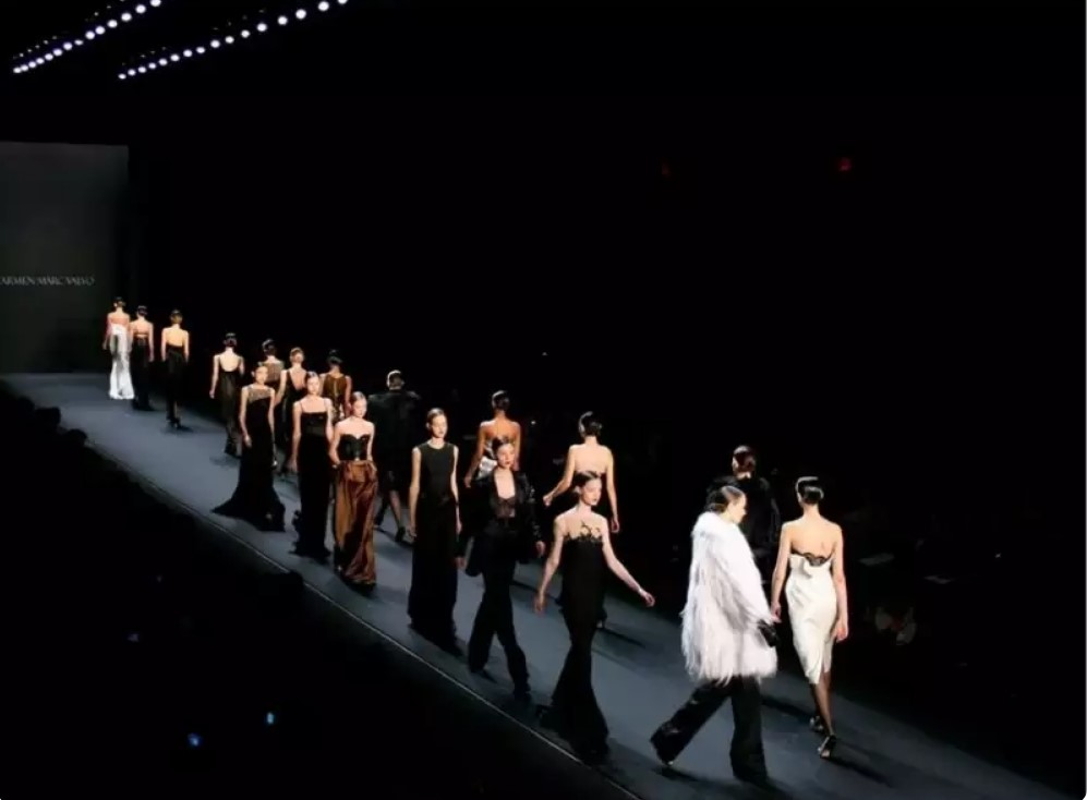 Секреты организации модного показа от эксперта: все СМИ сидят в конце подиума, который не такой уж и большой