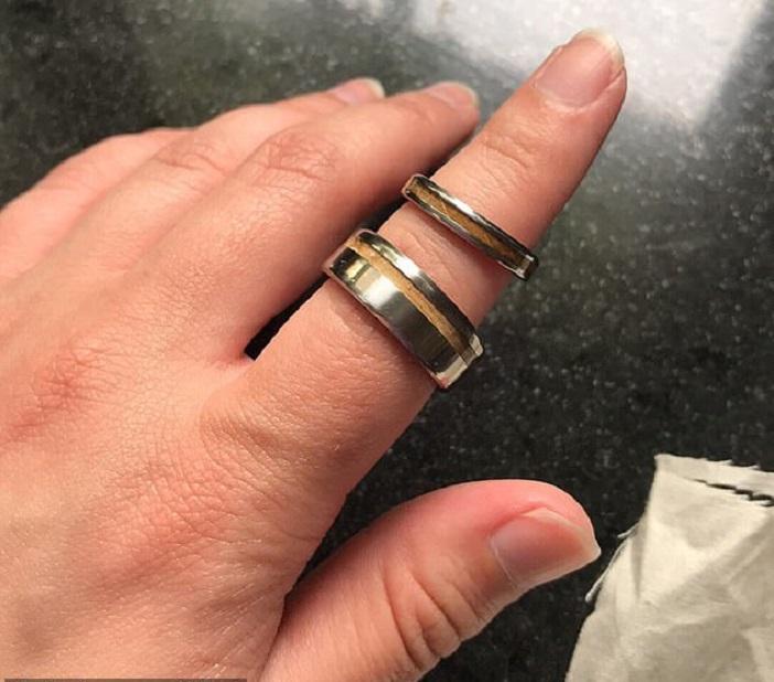 Молодожены обнаружили подарок от мамы мужа. Она подарила им вторые обручальные кольца