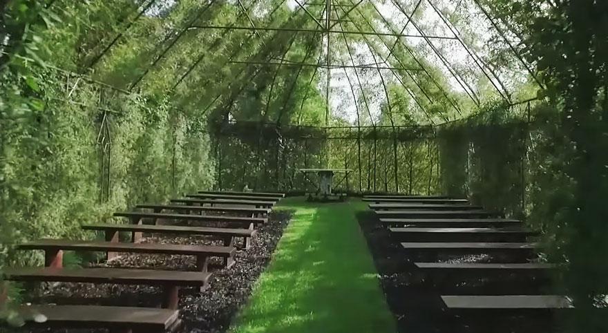 Соседи не могли понять, что он уже 4 года строит из деревьев. Но, взглянув на зеленую церковь, они не смогли оторвать от нее глаз