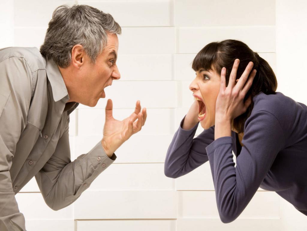 Показывают себя с лучшей стороны и много болтают: 5 признаков того, что человек не настолько умен, как думает