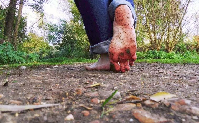 Вот что происходит с вашим телом, пока вы ходите босиком по земле