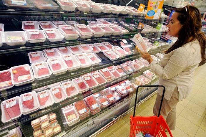 Знакомый, работавший в гипермаркете, рассказал, какое мясо продают покупателям в крупных магазинах