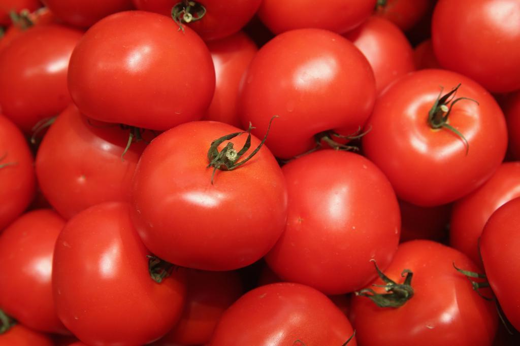 Косметолог посоветовала маску из помидоров, чтобы спастись от пигментных пятен: результату завидуют подруги