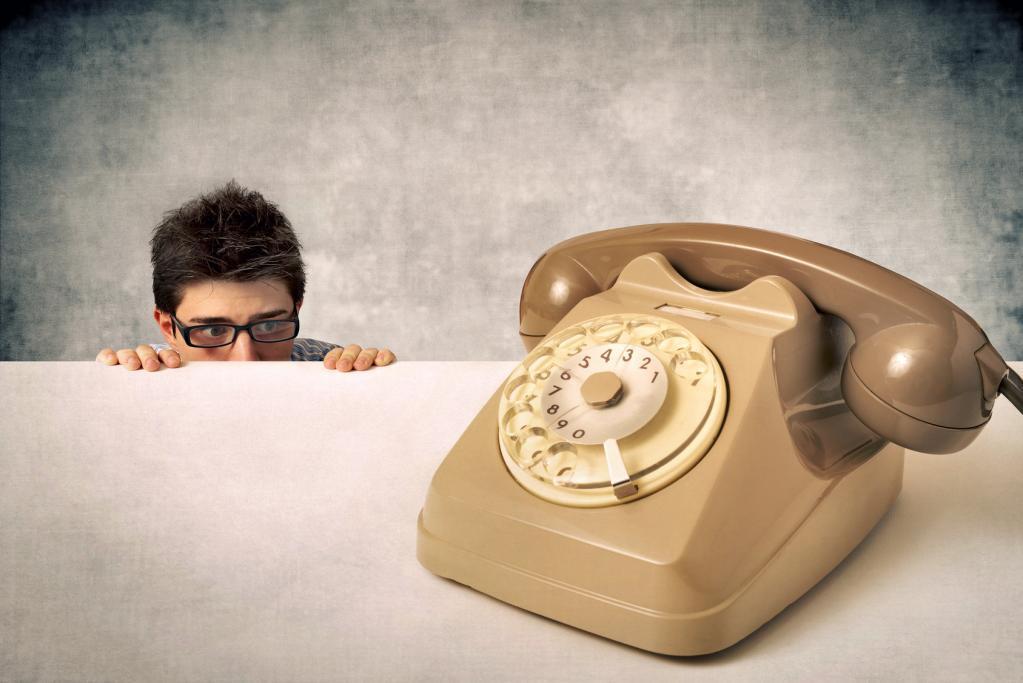 Боязнь телефонных звонков и избегание знакомых: странности поведения интровертов, которые имеют свое объяснение